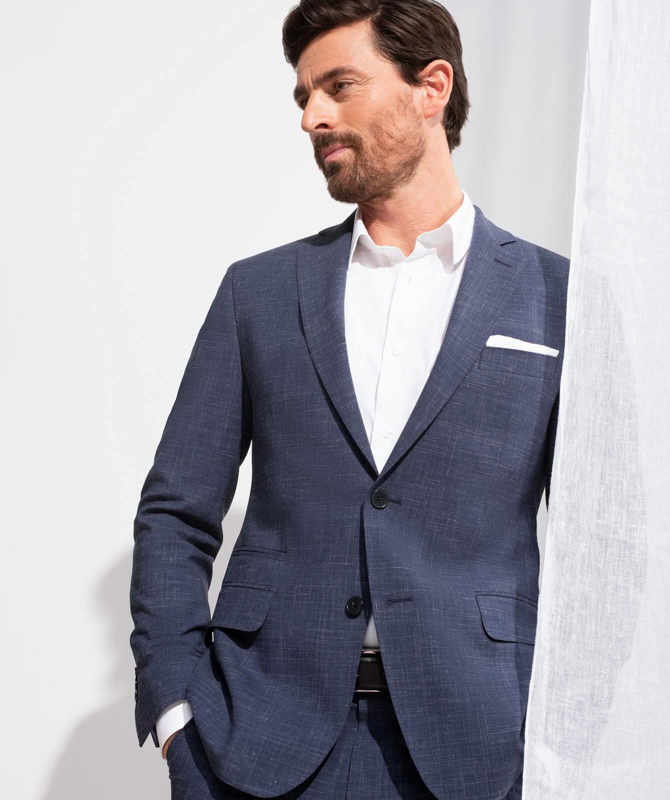 Marineblauer Anzug mit subtilem Karomuster