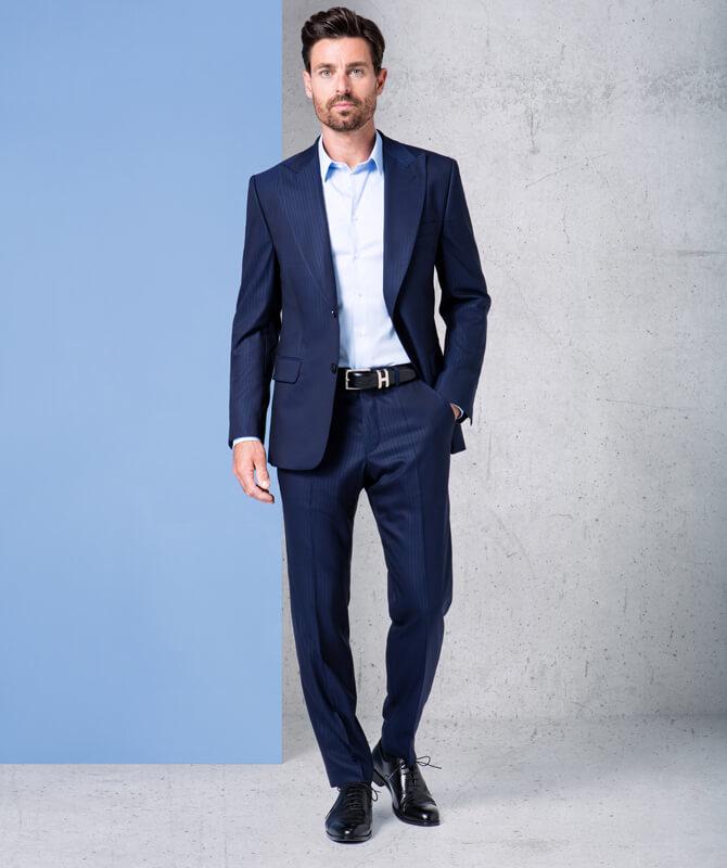 Anzug mit subtilen Streifen