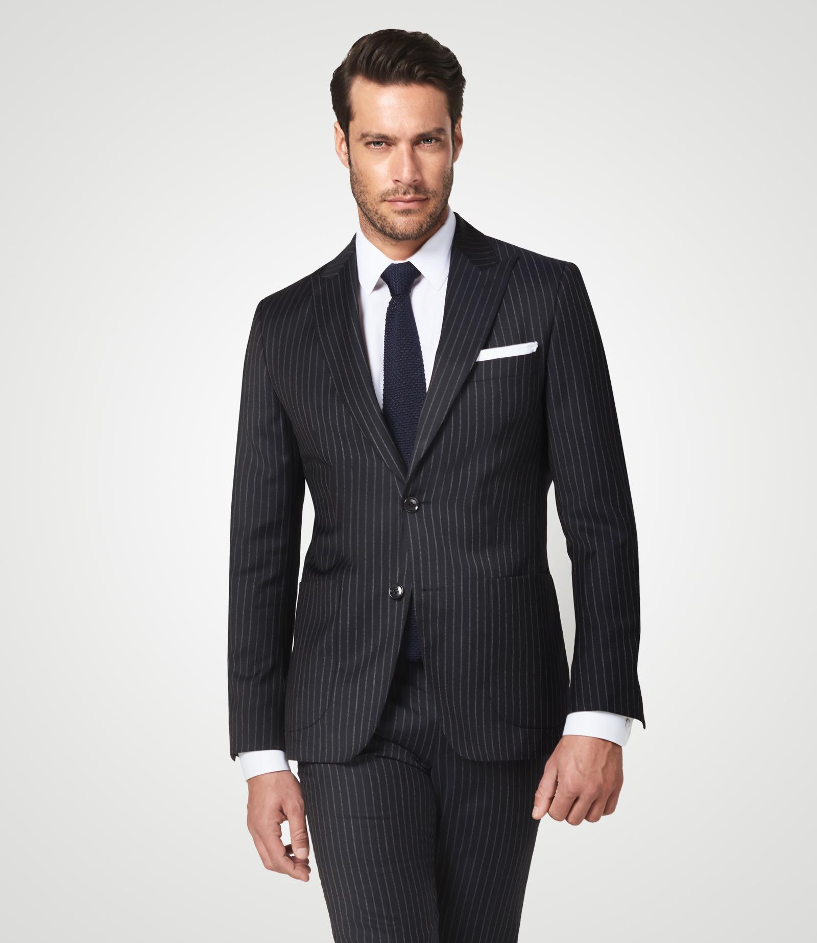 Anzug mit markanten Streifen